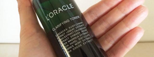 オラクルの化粧水を手に持った写真